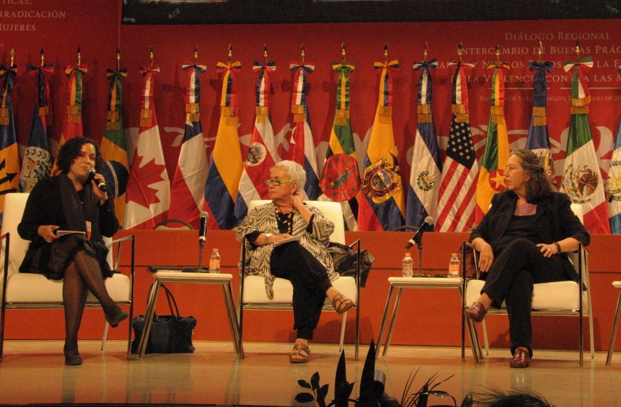 De Izq. a der. Marusia López, integrante de JASS, la jurista Alda Facio y la feminista y antropóloga Marcela Lagarde durante los trabajos del Diálogo Regional Intercambio de Buenas Prácticas | CIMACFoto: Gema Villela Valenzuela